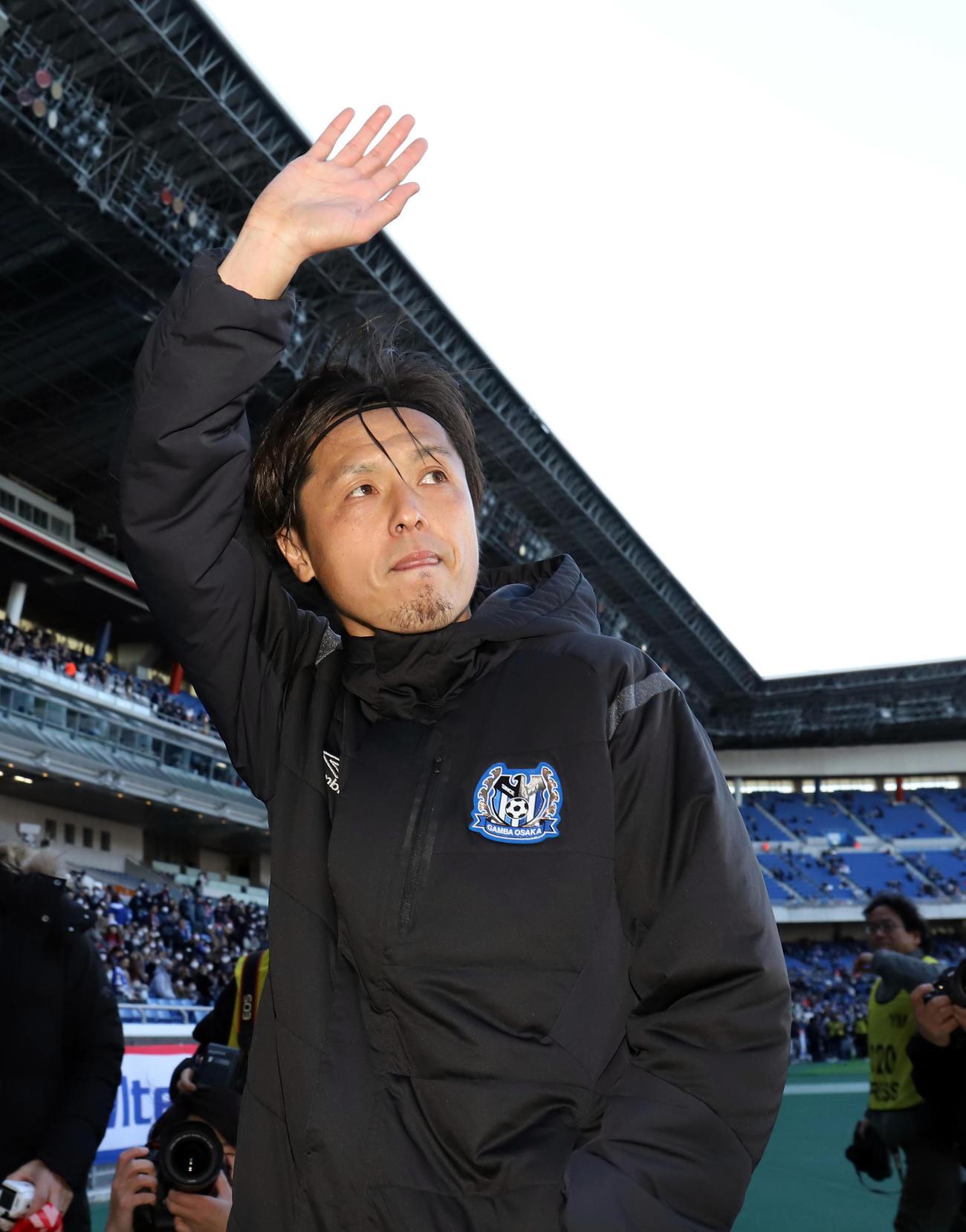 横浜対G大阪 試合後、J1通算出場記録に並んだG大阪MF遠藤はサポーターの声援に応えながら引き揚げる(撮影・垰建太)