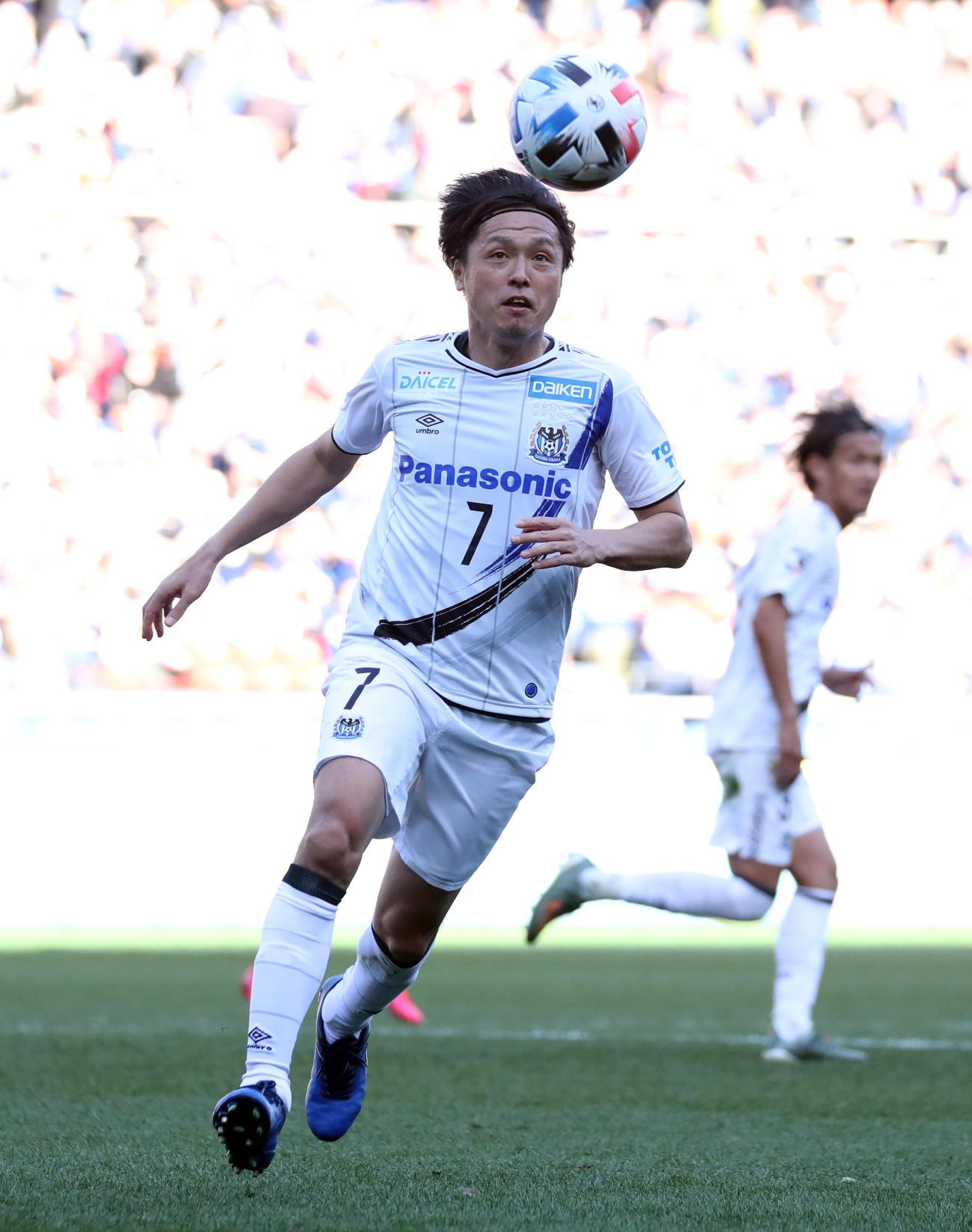 横浜対G大阪 後半、ボールをコントロールするG大阪MF遠藤(撮影・垰建太)
