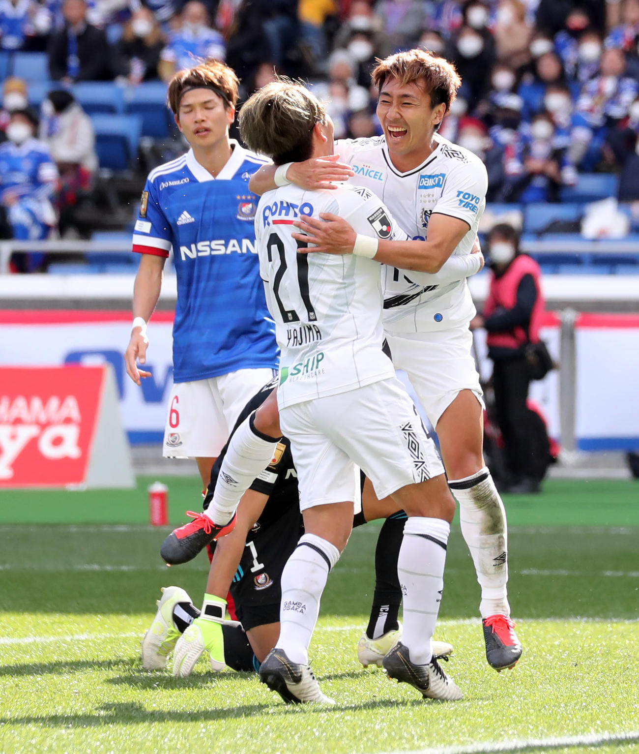 横浜対G大阪 前半、G大阪MF矢島(中央)が2点目のゴールを決め抱き合って喜ぶMF倉田(右)(撮影・垰建太)