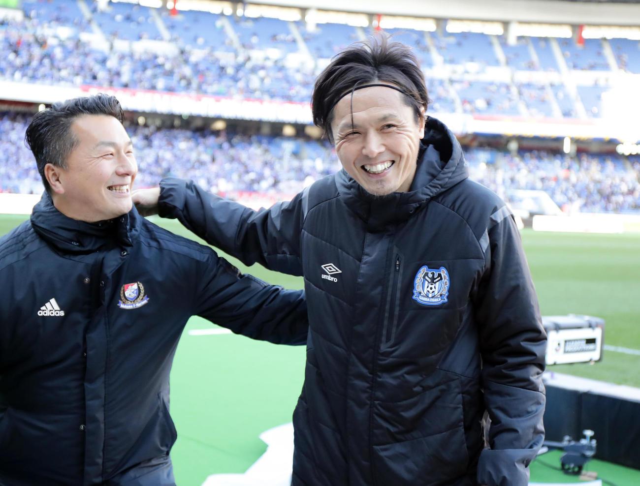 横浜対G大阪 J1最多出場記録タイで、開幕戦を勝利で飾ったG大阪MF遠藤(右)は、横浜のスタッフに健闘をたたえられ笑顔(撮影・浅見桂子)