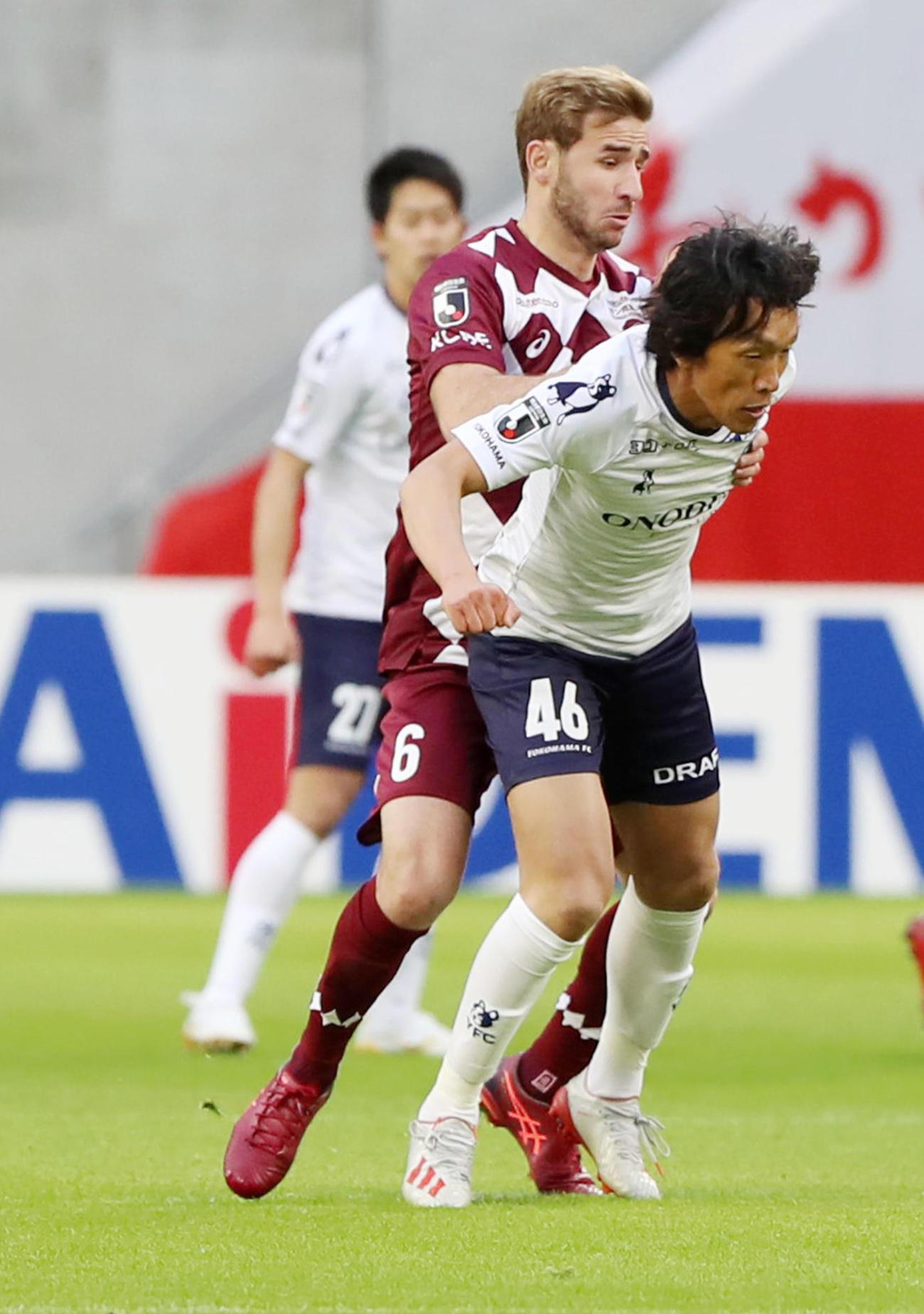 神戸対横浜FC 横浜FCのMF中村はMFサンペールに体を張ってブロックする(撮影・加藤哉)