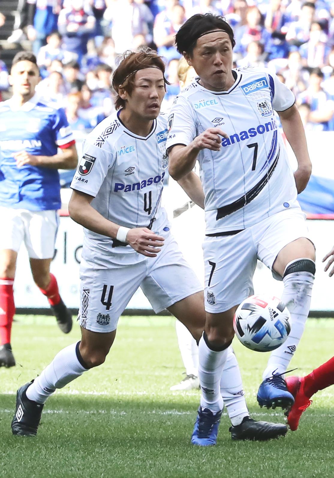 横浜対G大阪 前半、ボールを奪うG大阪MF遠藤(撮影・浅見桂子)