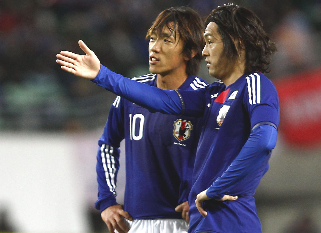 10年4月、日本-セネガル戦で、FKの前に言葉を交わす遠藤(右)と中村
