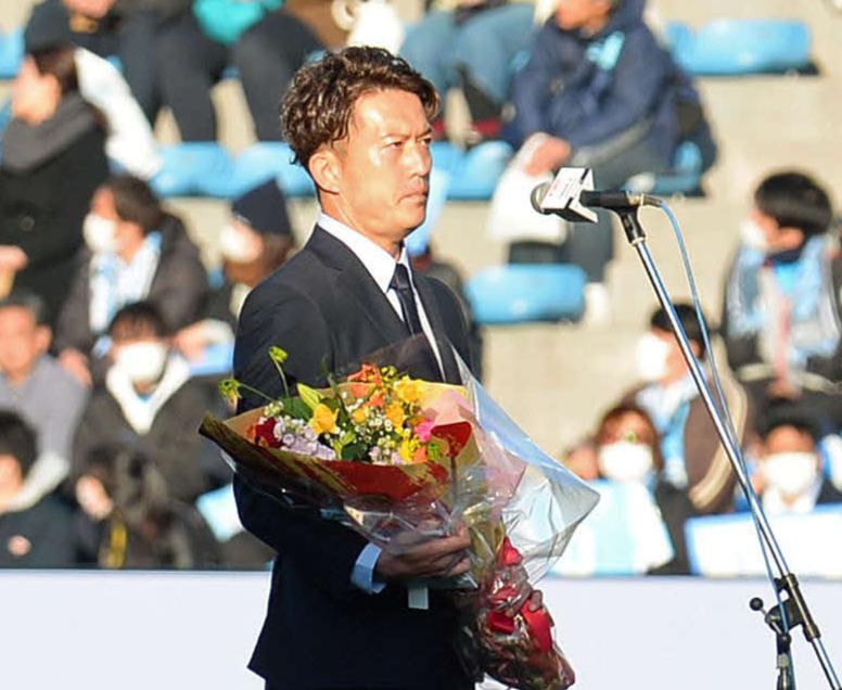引退セレモニーであいさつする太田氏