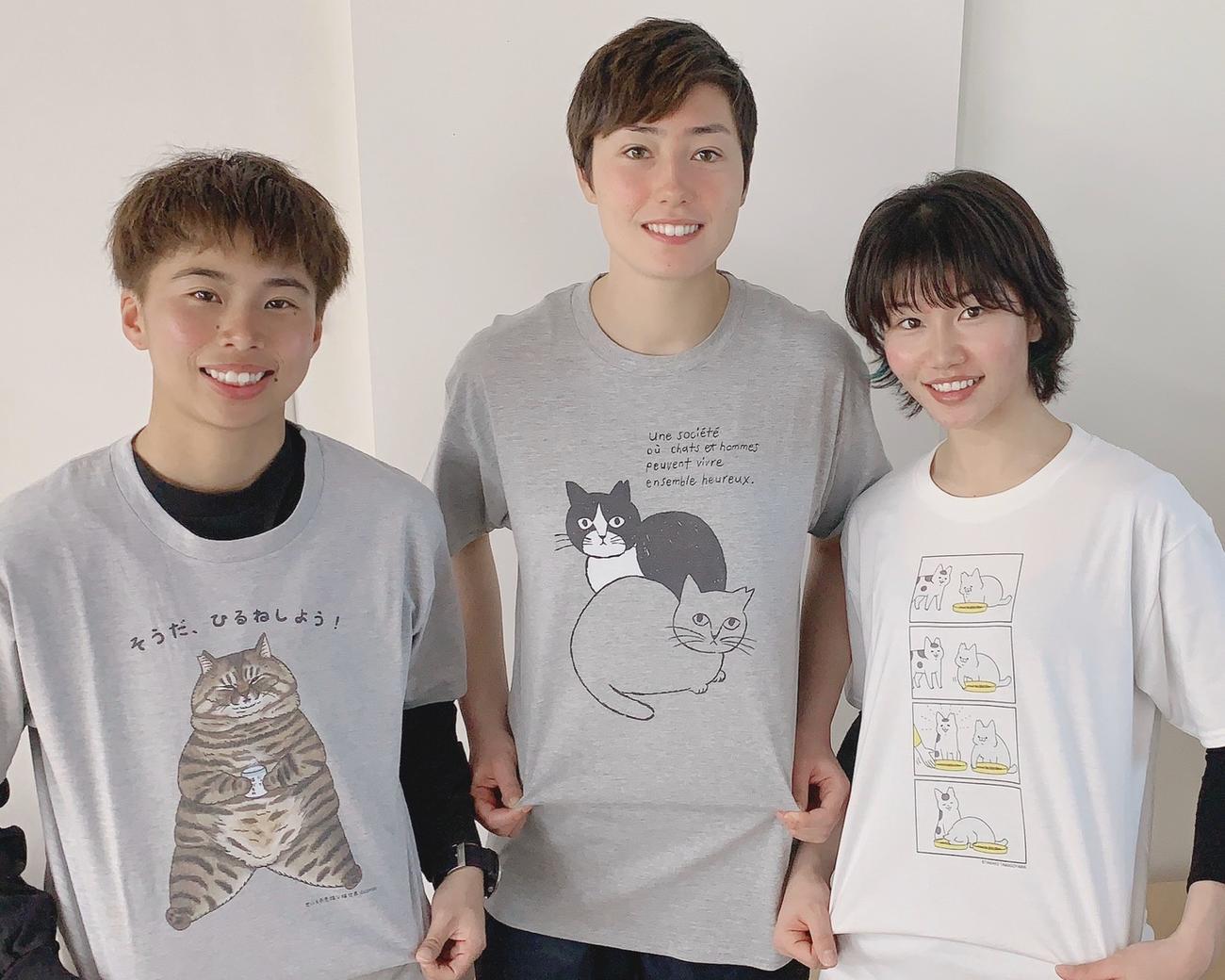 「フェリシモ猫部」のチャリティーTシャツを着るINAC神戸の(左から)FW田中美南、GKスタンボー華、DF守屋都弥