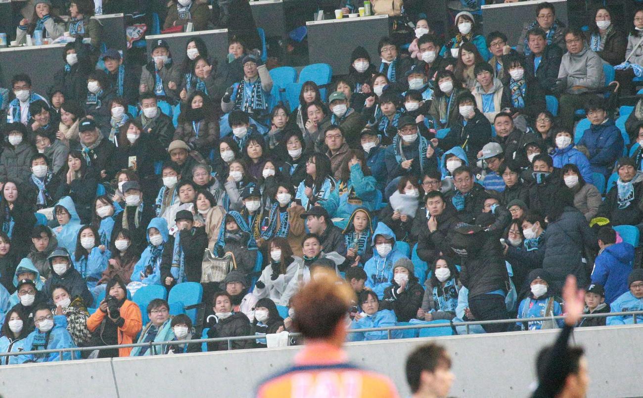 20年2月16日、サッカーのルヴァン杯・川崎F-清水戦の観客席にはマスク姿のサポーターが多く見られた