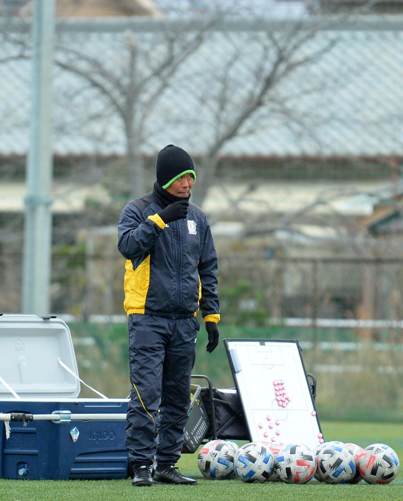 険しい表情で練習を見守る藤枝の石崎監督