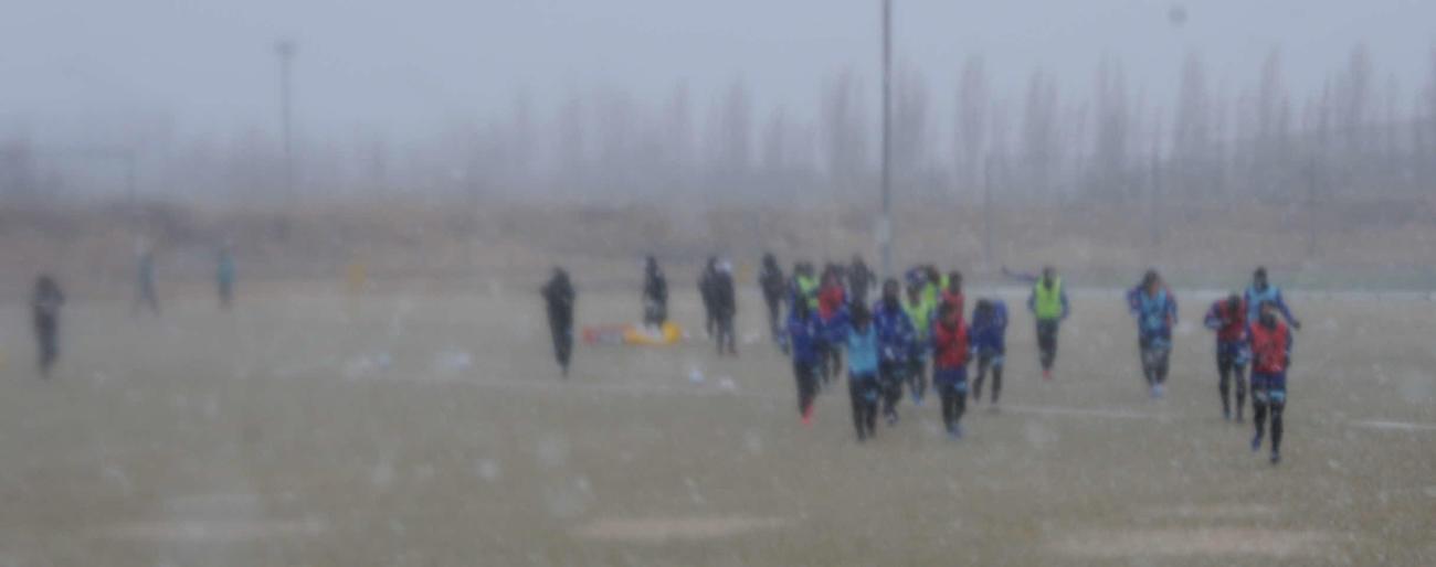 突然の悪天候に引き揚げる選手(撮影・小林忠)