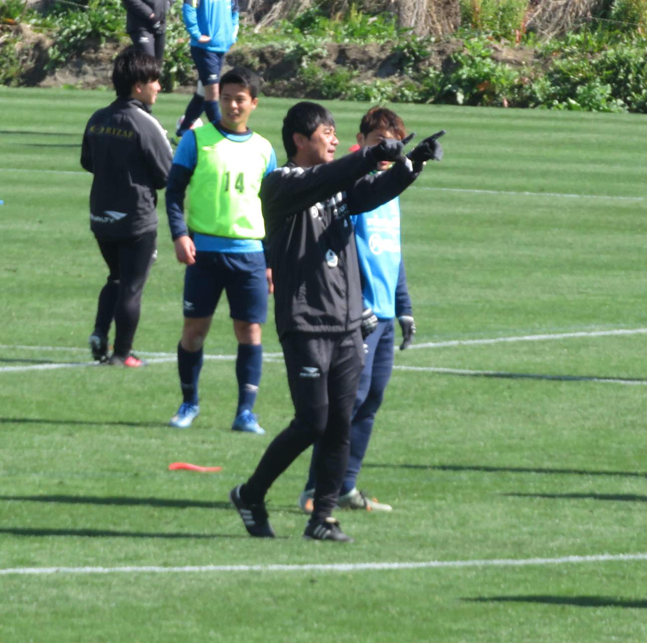 練習再開し、選手に指示を送る湘南の浮嶋監督(中央)