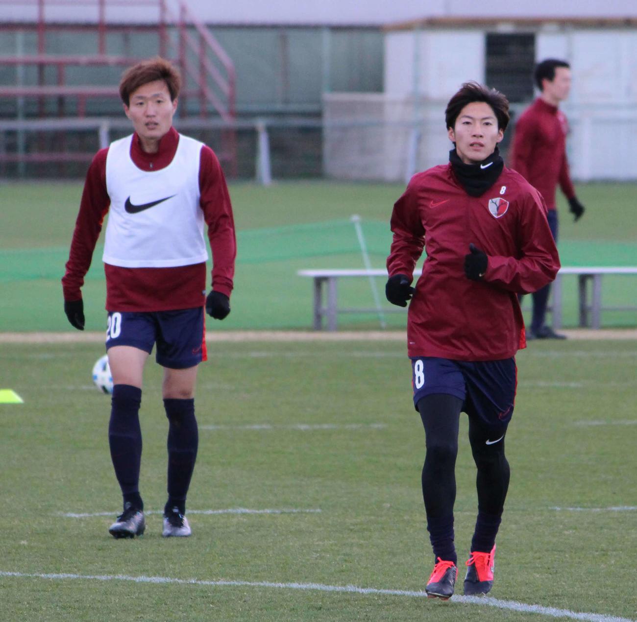 練習中のMF土居聖真(右)とMF三竿健斗