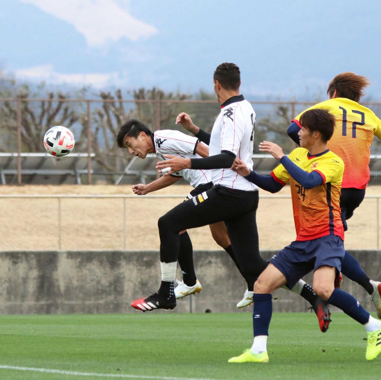 後半10分、ヘディングで得点を決める札幌MF金子(左端)(撮影・西塚祐司)