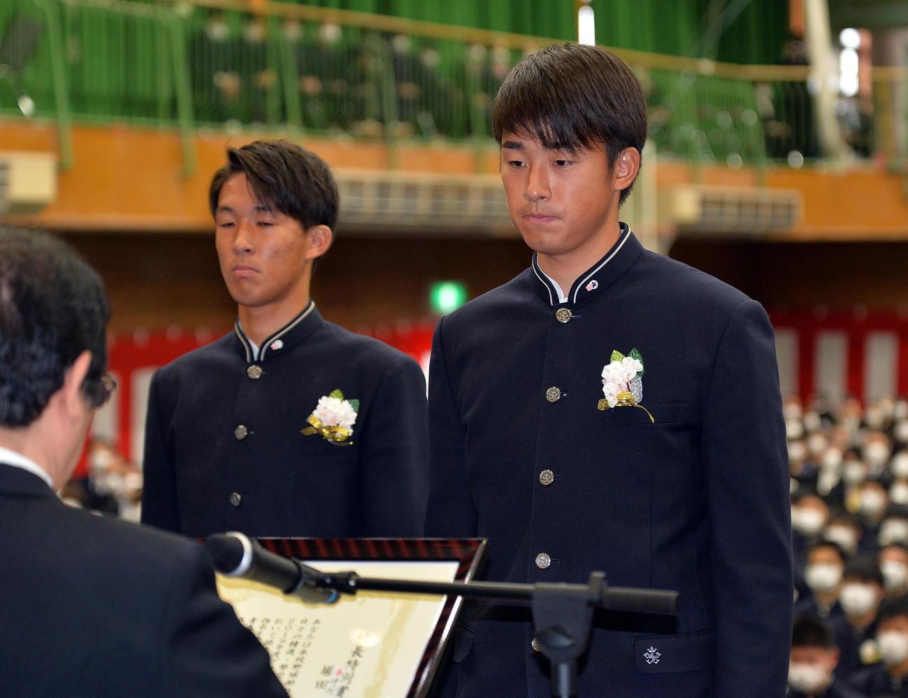青森山田の卒業式で校長特別賞を受賞した巨人堀田(右)と浦和MF武田