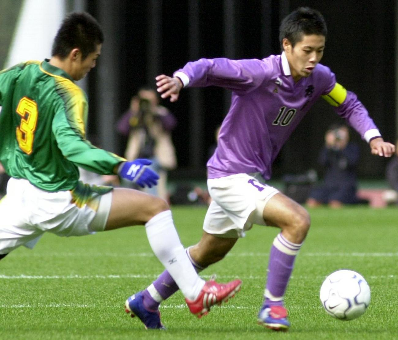 02年11月、全国選手権決勝・静岡学園戦でドリブル突破する成岡翔(右)