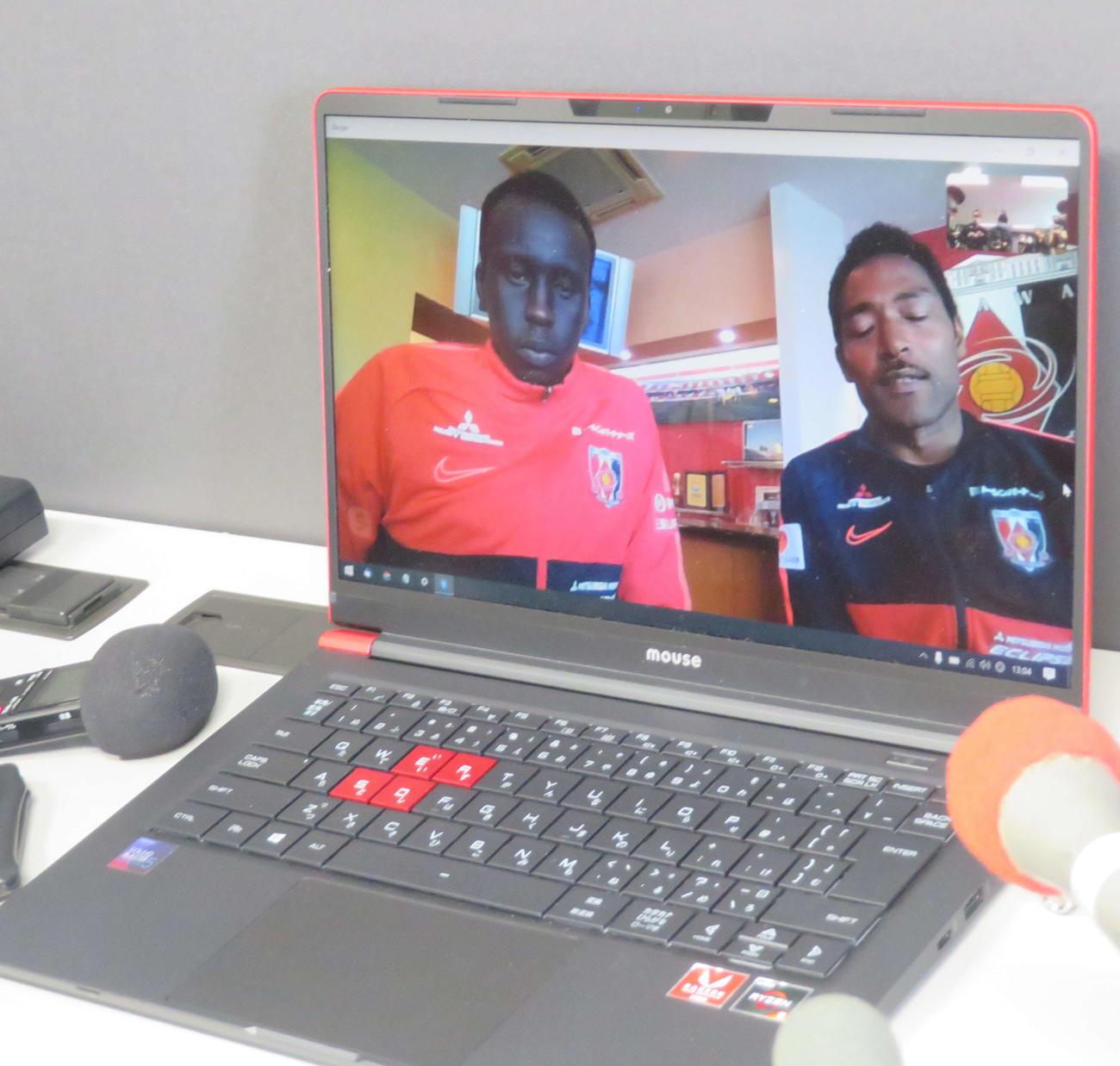 ビデオ通信アプリを通じ、取材に応じるオーストラリア代表浦和DFデン(左)