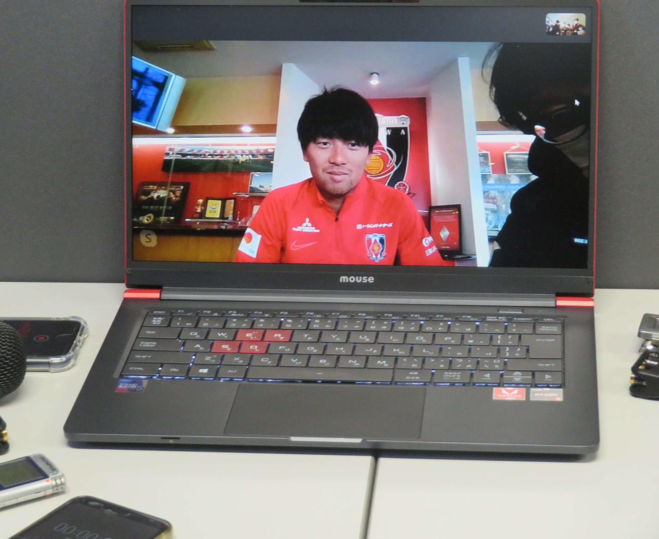 ビデオ通信アプリを通じ、報道陣の質問に応じる浦和FW武藤雄樹