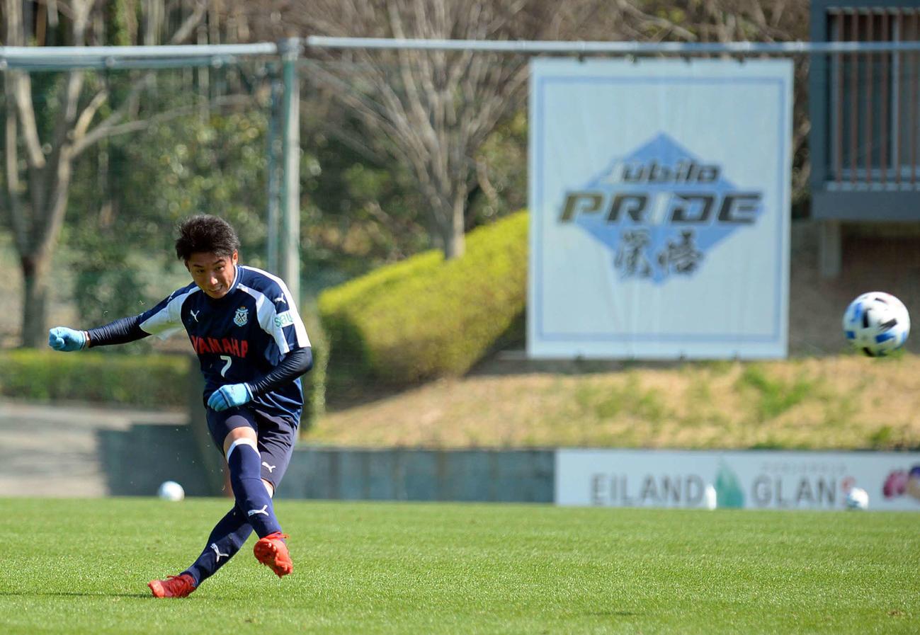 3本目の16分に直接FKを決める磐田MF上原