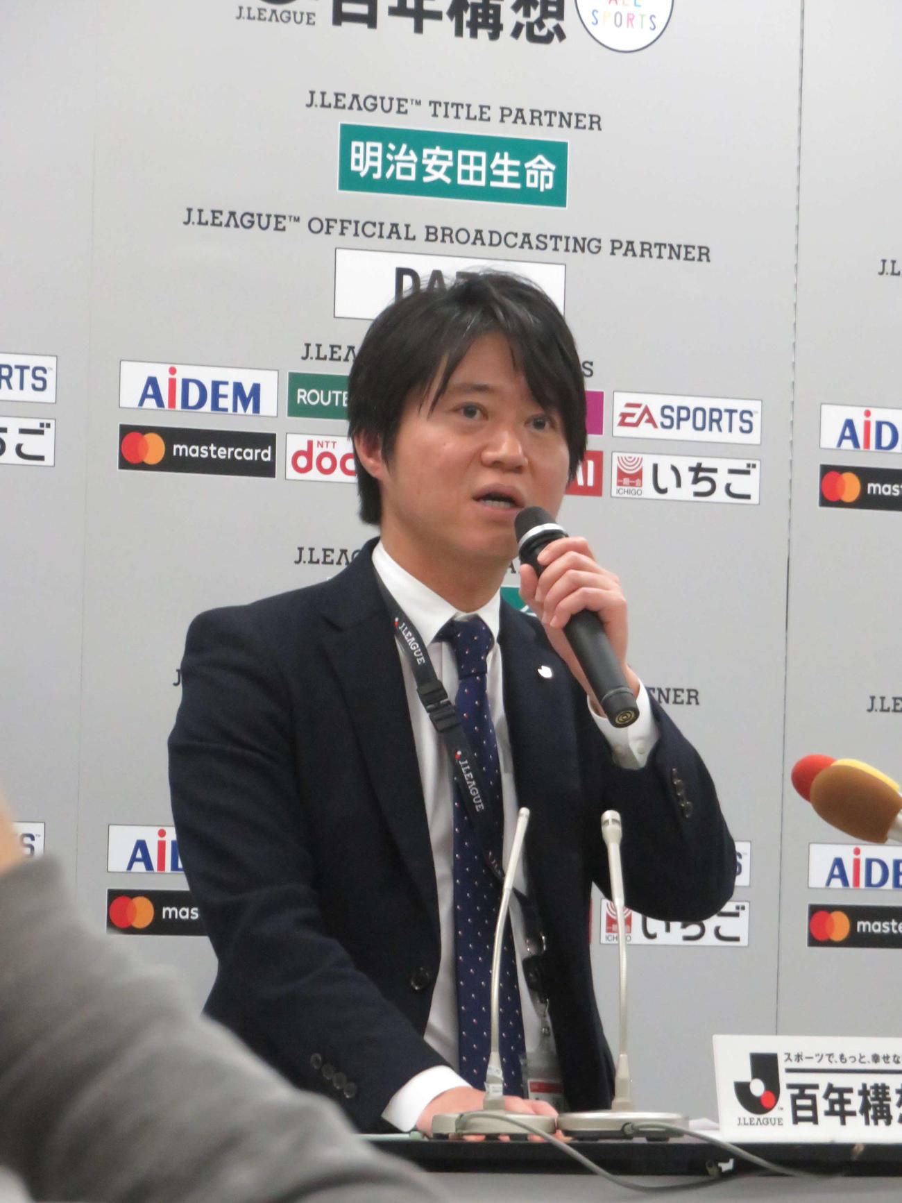 Jリーグ理事会会見の中止をアナウンスする勝沢健広報部長(2020年3月17日撮影)