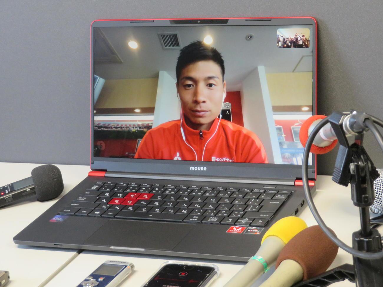 ビデオ通信アプリを通じ、報道陣に対応する浦和MF長沢