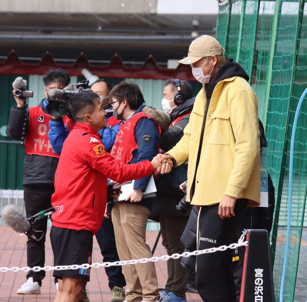 バセドー病で療養中の札幌GKク(右)はMFチャナティップとの久しぶりの再会を喜ぶ(撮影・保坂果那)