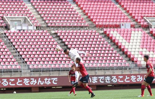 鹿島対札幌 ルーカスのクロスを頭で合わせてゴールを決めるFWジェイ(撮影・浅水友輝)