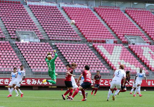 鹿島対札幌 無観客の中、試合する両チームの選手たち(撮影・垰建太)