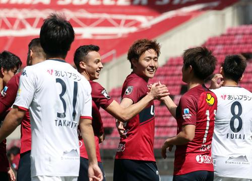 鹿島対札幌 ゴールを決めた鹿島FWアラーノ(中央左)はイレブンとタッチを交わす(撮影・垰建太)