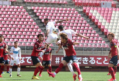鹿島対札幌 白井のクロスに頭で合わせてゴールを決める札幌MF鈴木(撮影・浅水友輝)