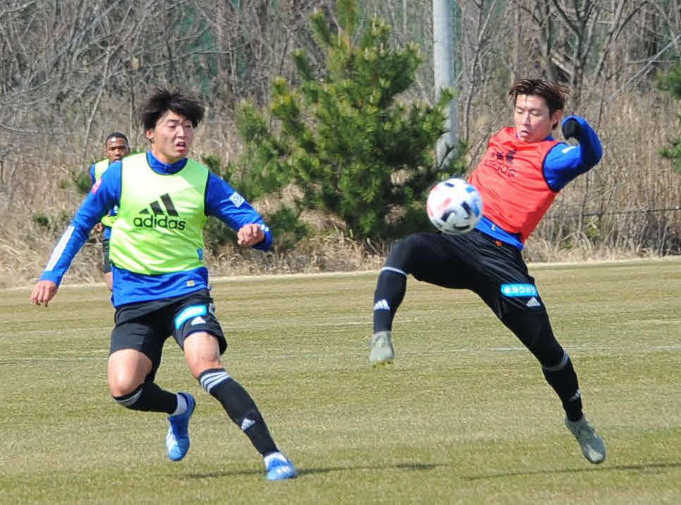 ゴール前でトラップする渡辺新太(右)