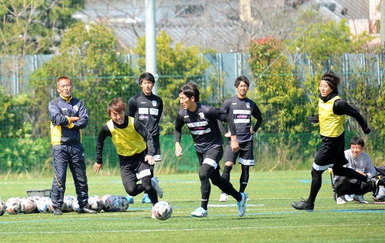リーグ再開に向けて調整に励む藤枝の選手たち。左端が石崎監督