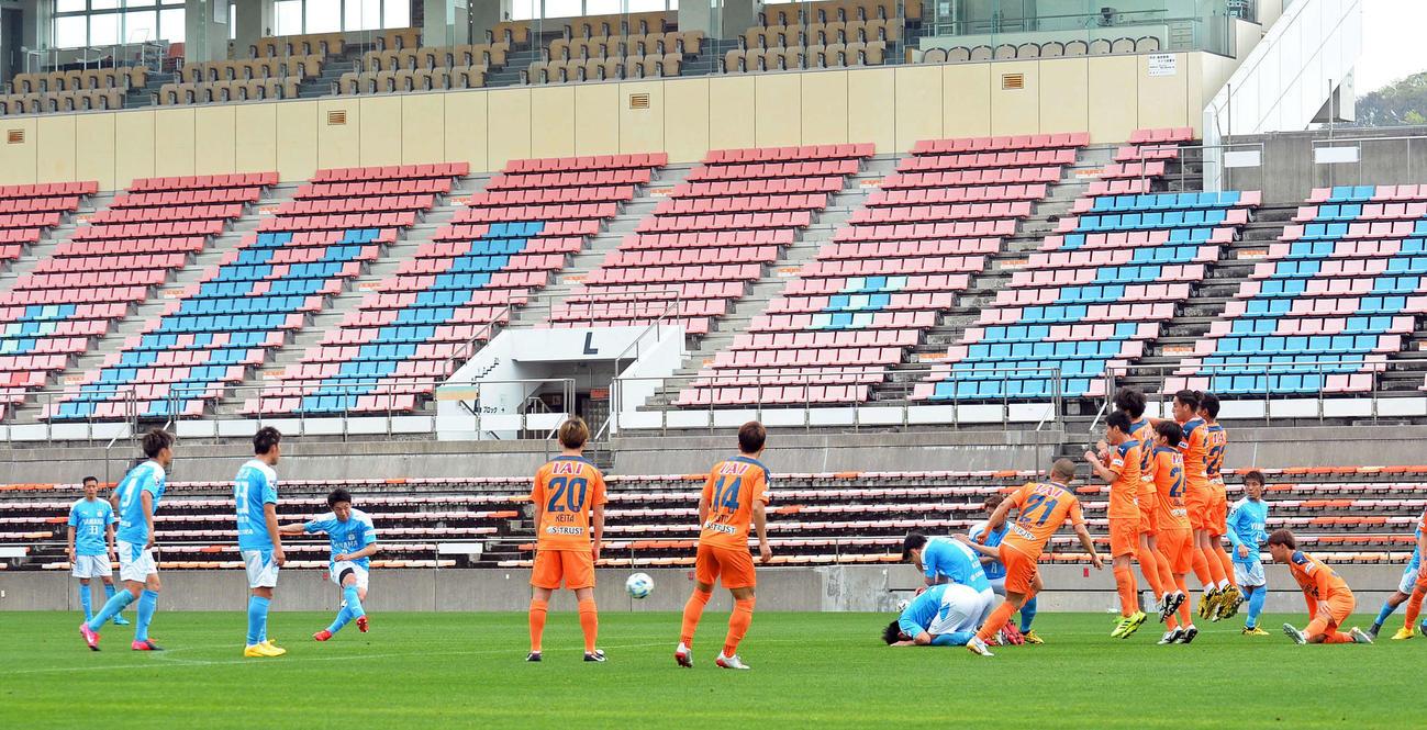 観客がいないアイスタで練習試合を行う清水と磐田の選手たち