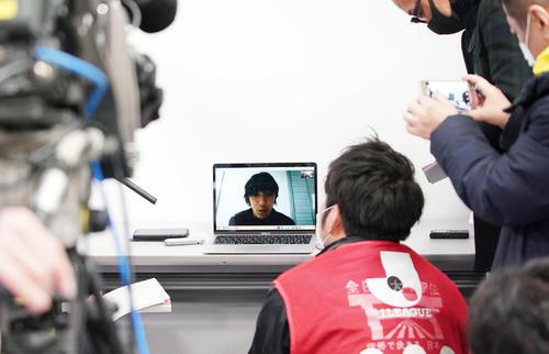 試合後、モニターで会見を行う横浜FC中村(撮影・森本幸一)