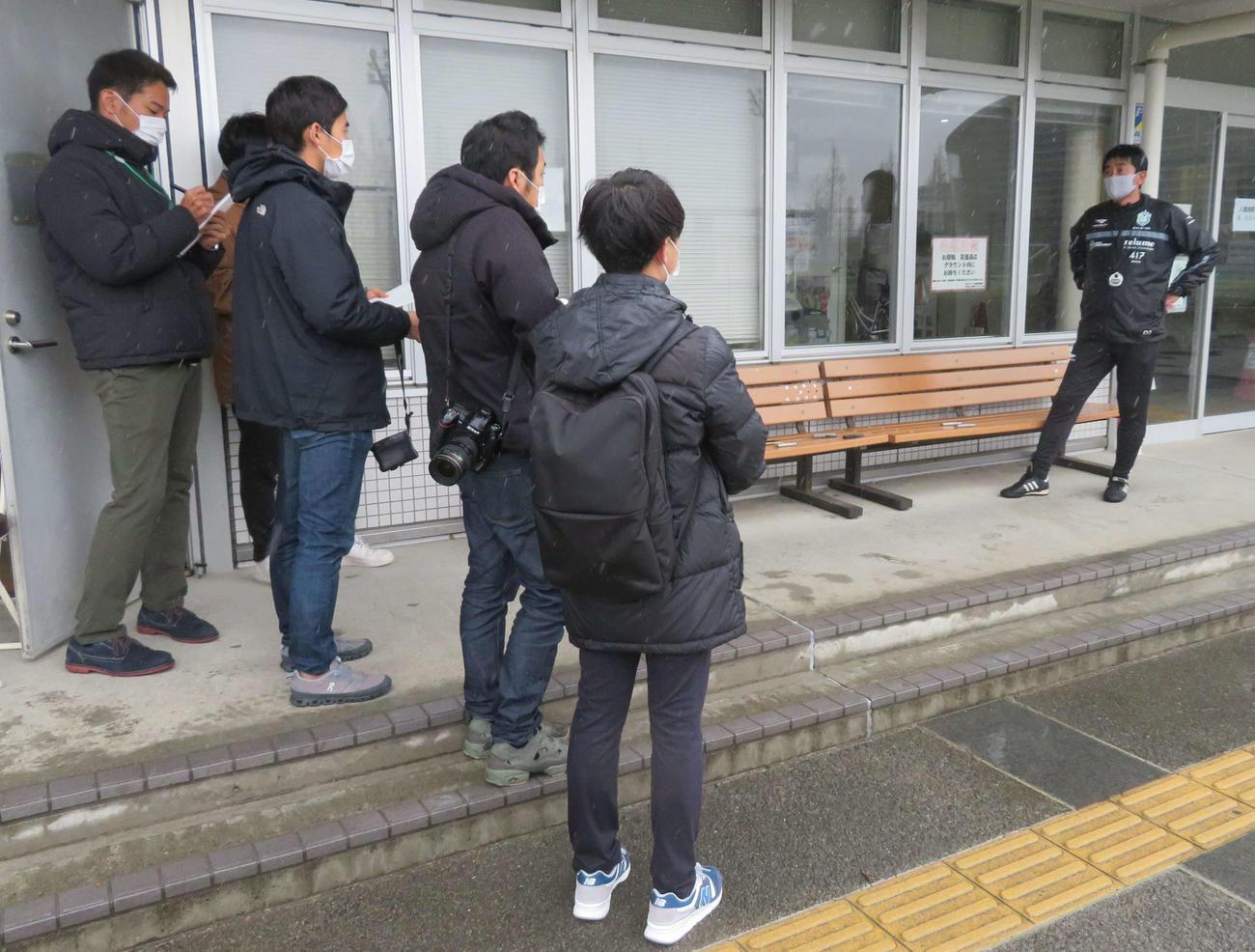 報道陣との距離を空けて質問に応じる湘南の浮嶋監督(右端)