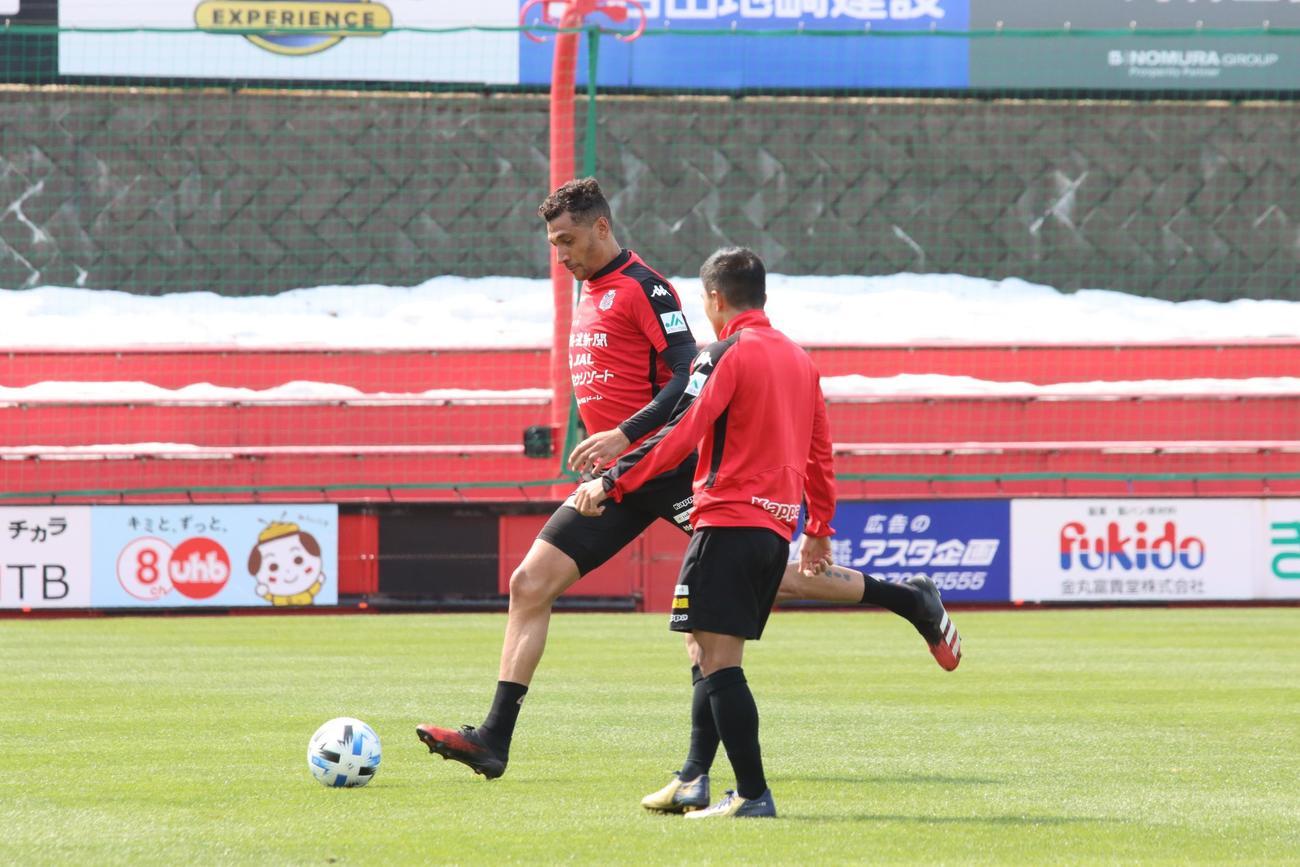 攻撃練習を行う札幌FWジェイ(左)とMFチャナティップ(撮影・保坂果那)