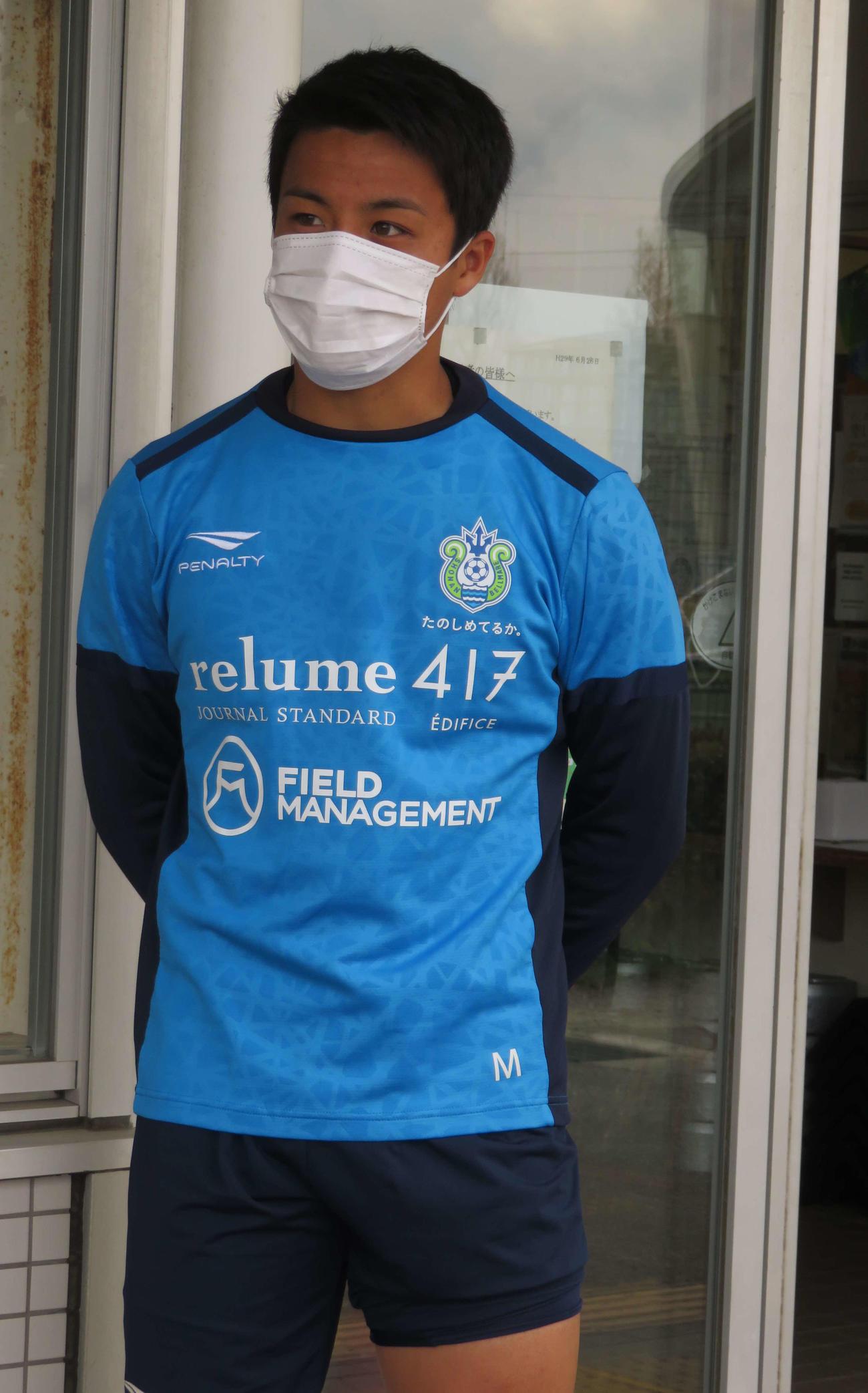 マスク着用し、報道陣の質問に応じる湘南MF斉藤