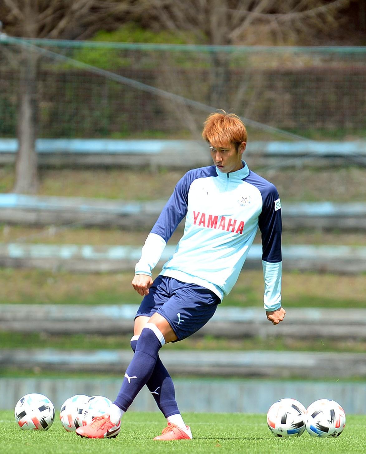 シュート練習でパスを出す磐田MF伊藤