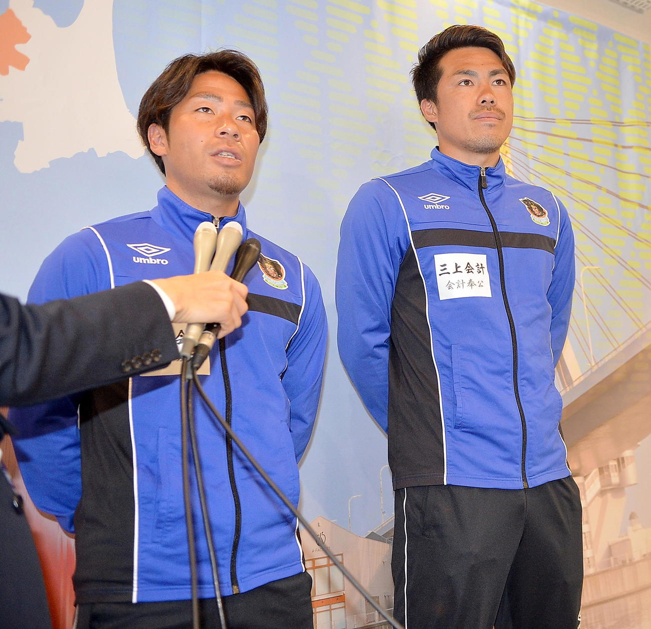 シーズン開幕に向けた意気込みを話すJFL青森のMF小幡(左)とGK横山