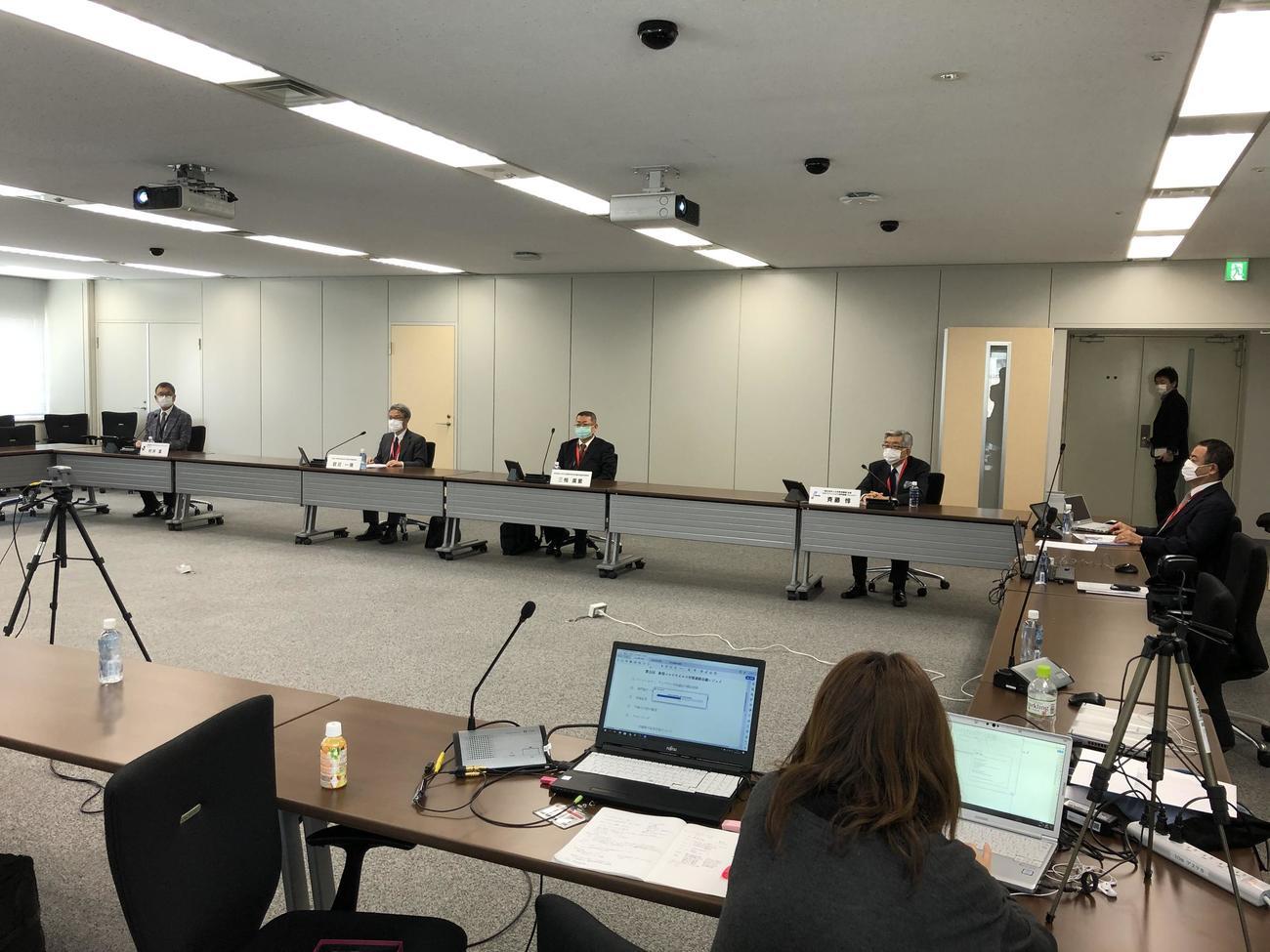 マスク着用で席の間隔をあけ、ウェブ参加者もまじえて実施された第5回新型コロナウイルス対策連絡会議(Jリーグ提供)