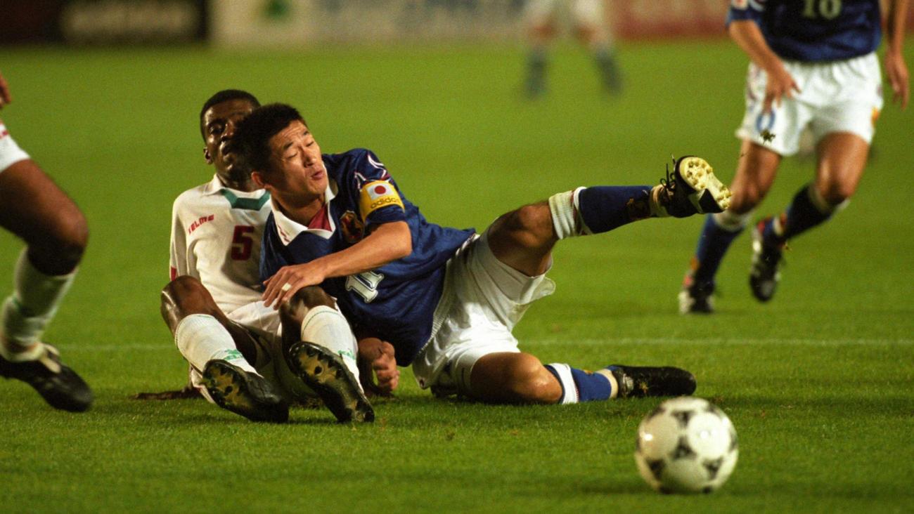 97年10月、W杯アジア最終予選B組 日本対UAE UAE選手と競り合い倒れこむFW三浦知良