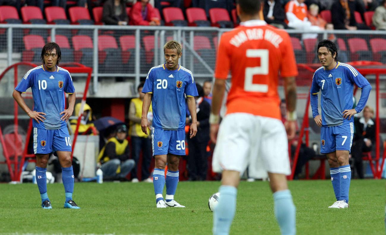 09年9月、親善試合オランダ戦の後半、FKでゴールを見つめる左から中村、本田、遠藤
