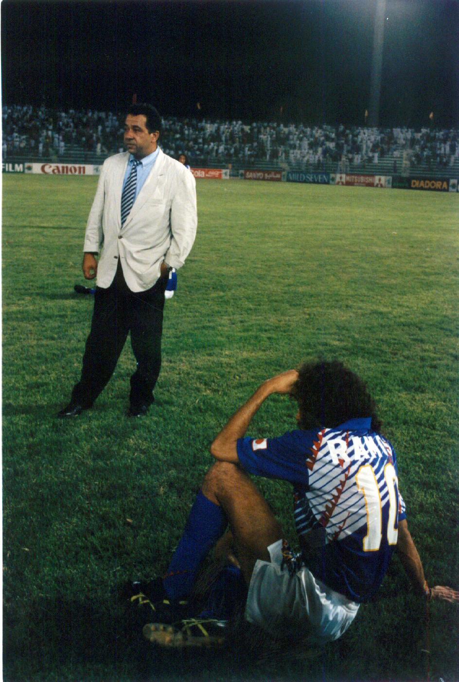 ロスタイムでイラクに同点とされアメリカW杯出場を絶たれた日本。オフト監督、ラモス(手前)は放心状態のままピッチを眺めていた(1993年10月28日撮影)