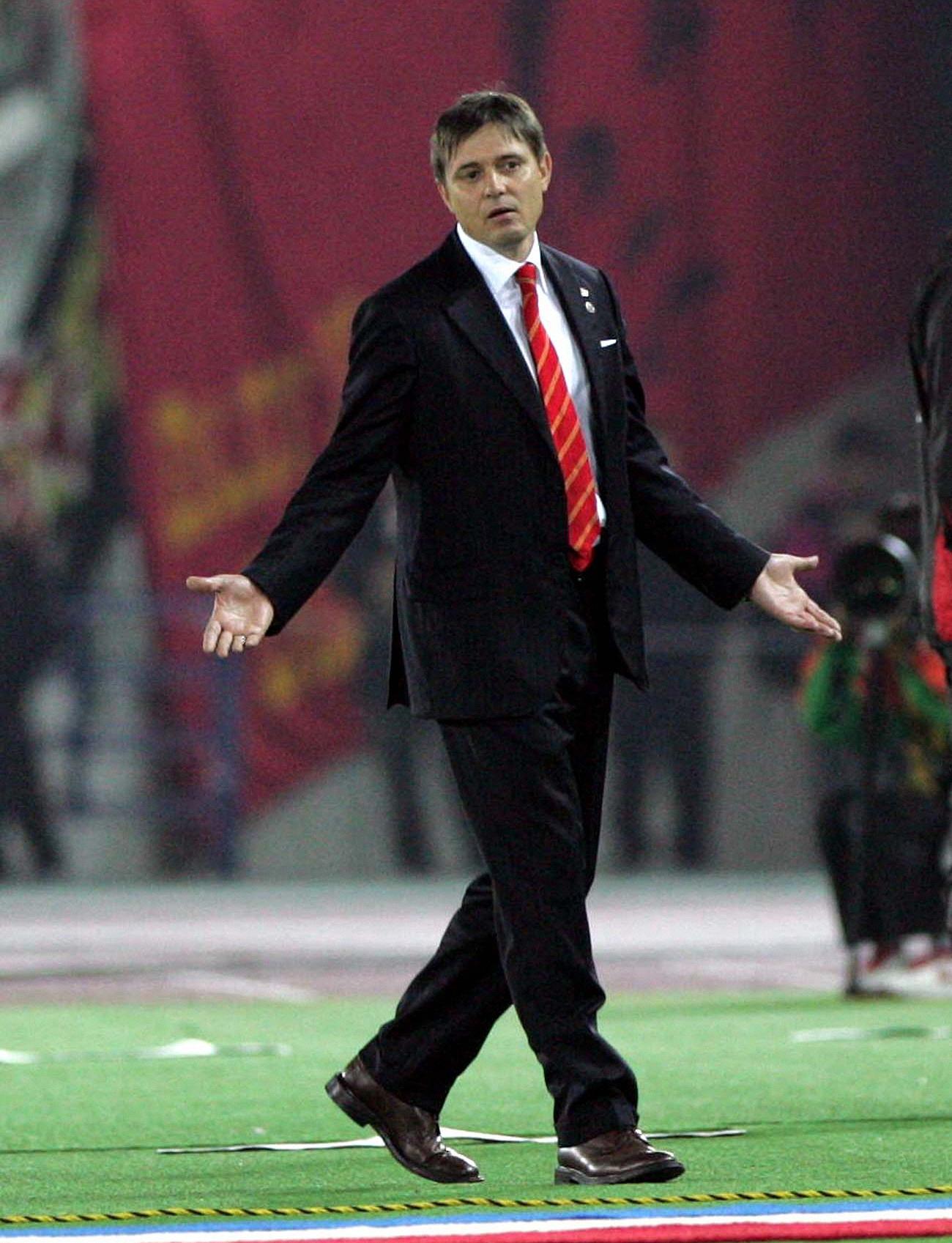 横浜対名古屋 後半 退席を命じられピッチを去る名古屋ドラガン・ストイコビッチ監督(2009年10月17日撮影)