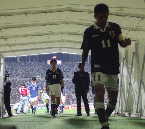 97年10月、W杯アジア最終予選 日本対UAE カズ(右)、秋田豊(後方17)らは力なく肩を落としロッカールームへと消えた