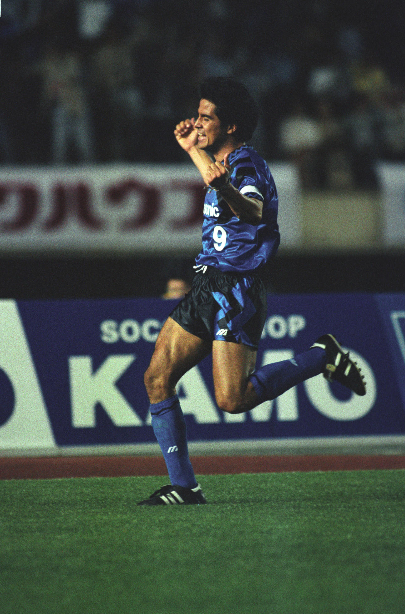 ハットトリックを達成し歓喜するガンバ大阪時代の永島昭浩(1993年6月5日撮影)