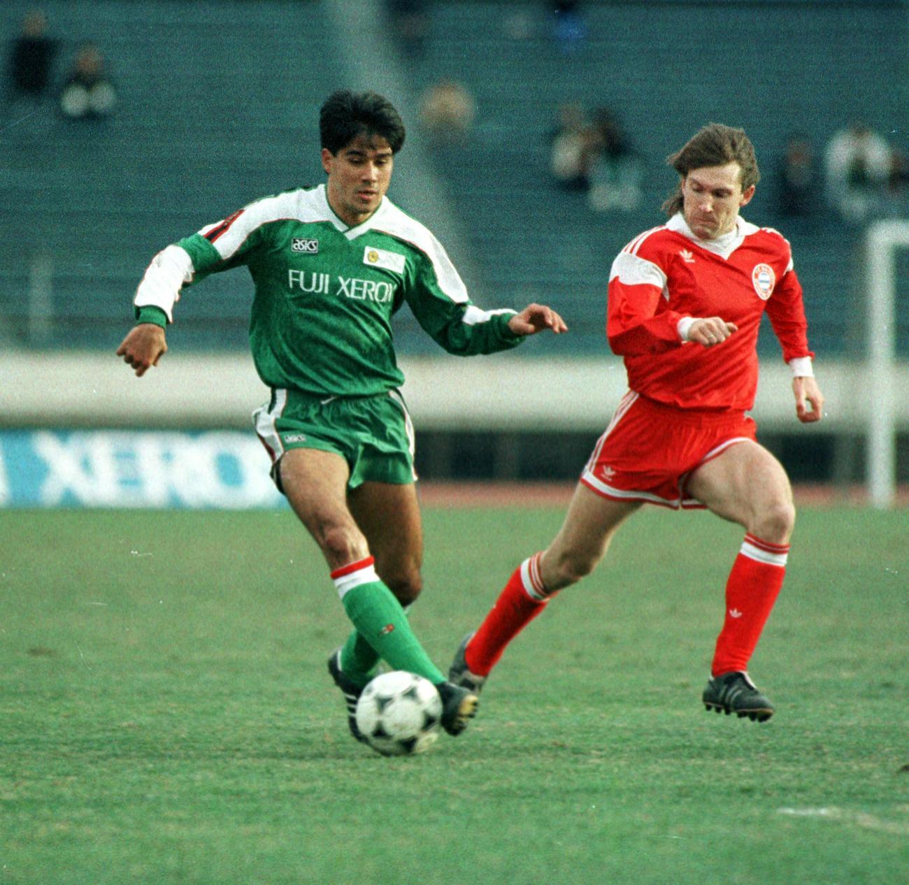 日本リーグ選抜-バイエルン・ミュンヘン ボールをキープする永島昭浩(1990年1月20日撮影)