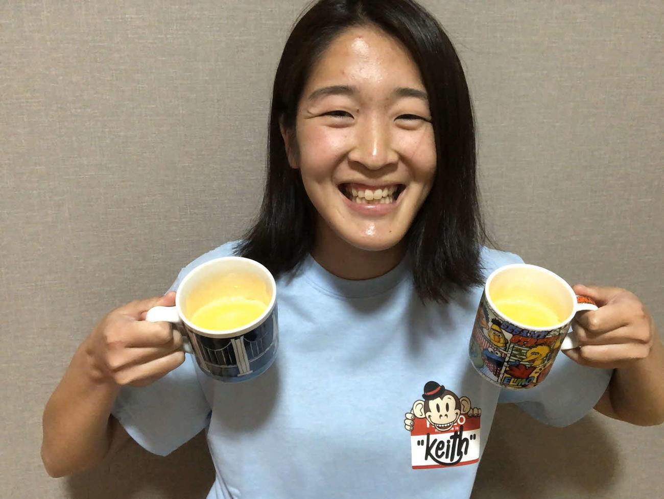 青色のTシャツ姿のDF浦川は愛用の手作りマグカップを披露