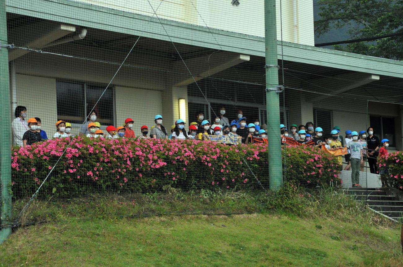 選手からエールを受けた松野小の児童たち