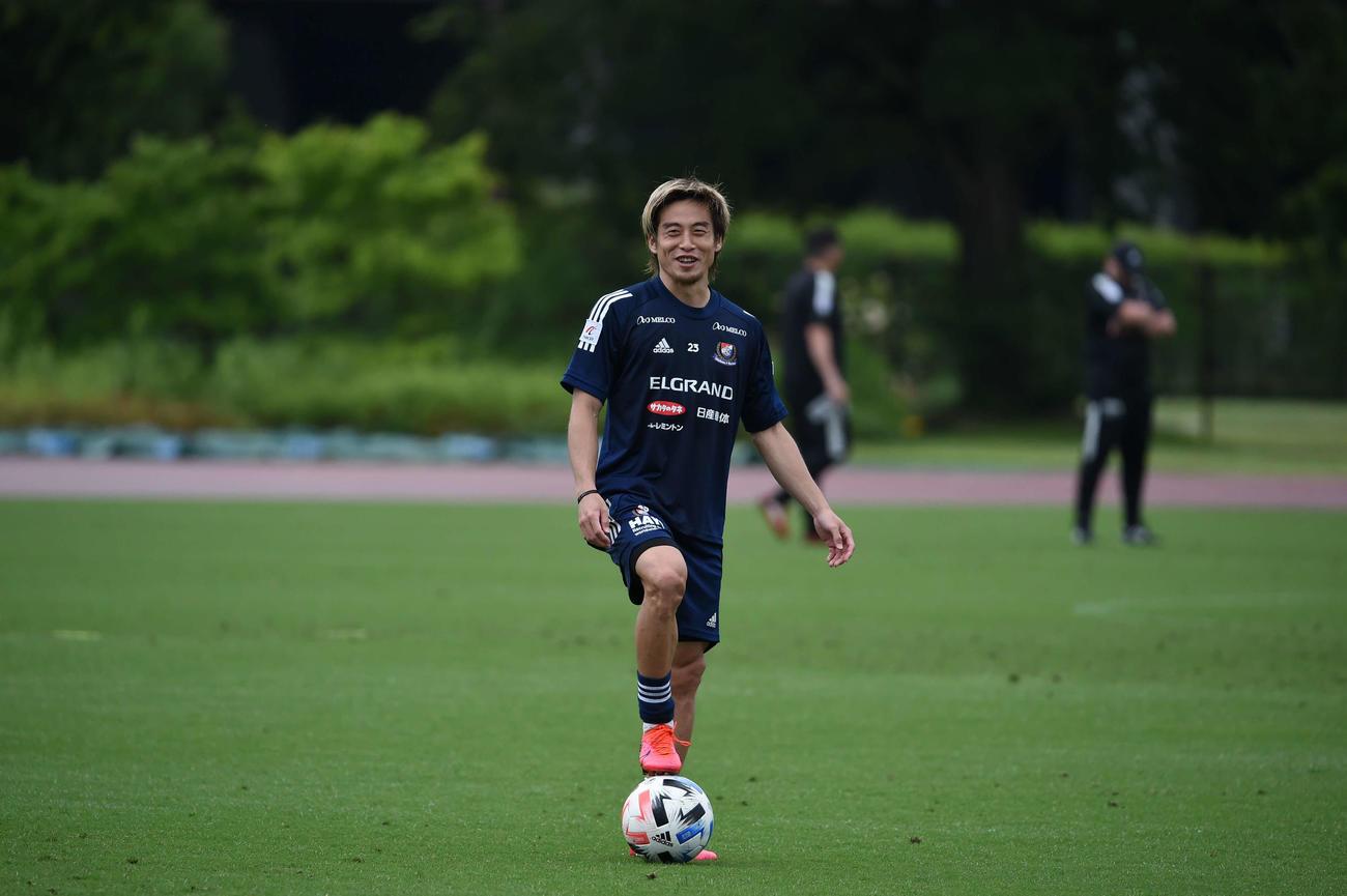 再開初日の練習を行う横浜のFW仲川(クラブ提供)