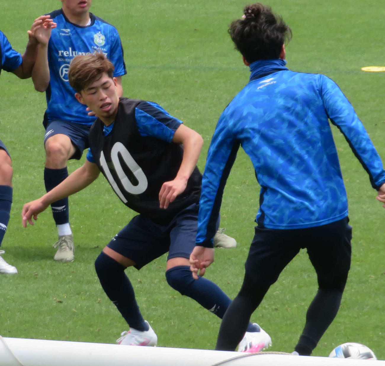 全体練習でボールを奪い合う湘南MF鈴木(左)