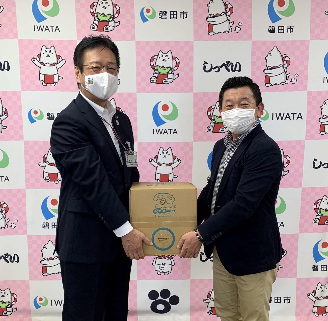 贈呈式に出席した磐田市の渡部市長(左)と磐田ホームタウン部の加藤部長