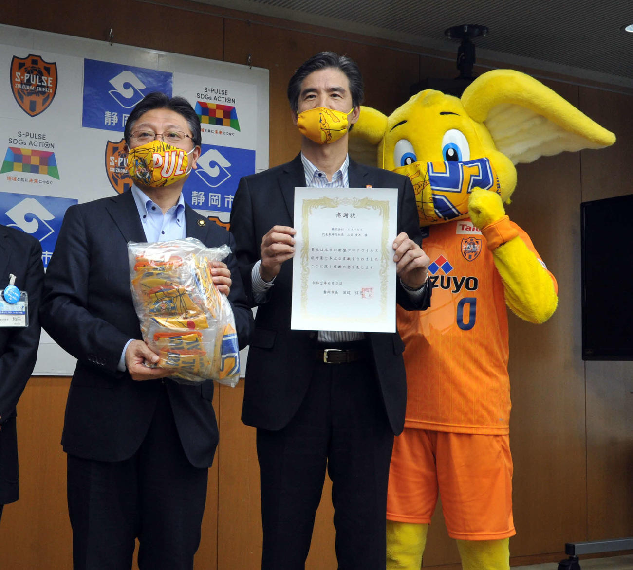 記念写真に納まる、左から田辺市長、山室社長、パルちゃん